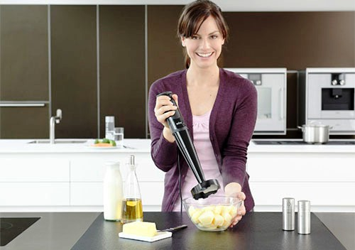 fille avec un mixeur